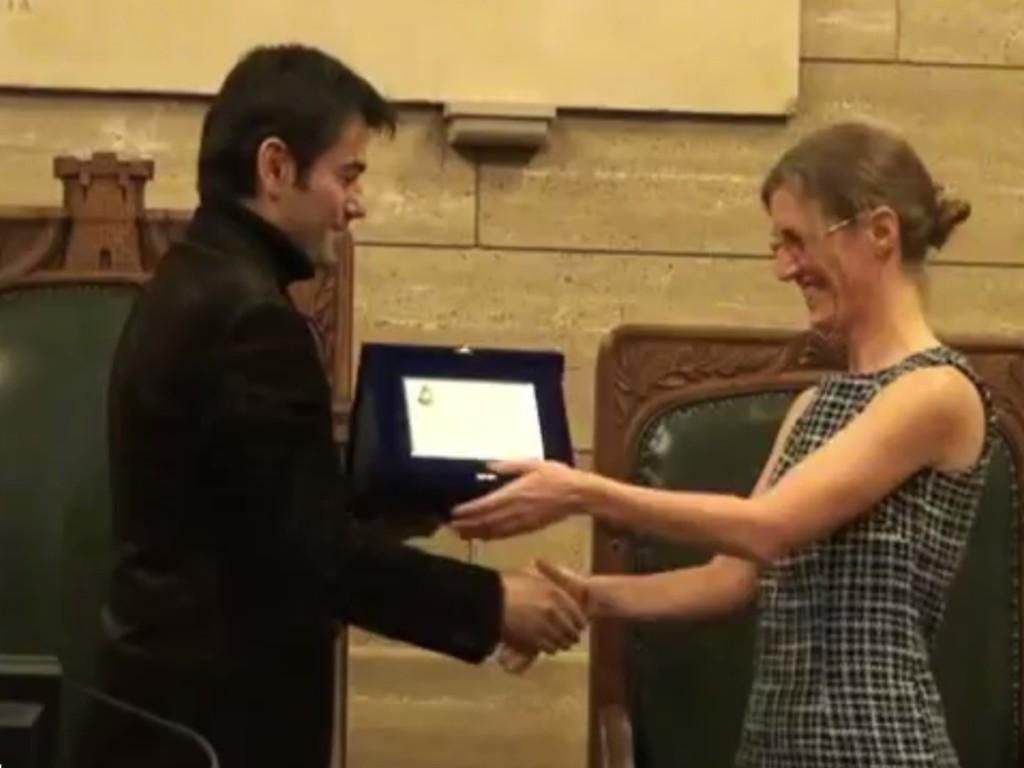 Il Sindaco consegna alla dott.ssa Marta Burgay la targa con le motivazioni del premio